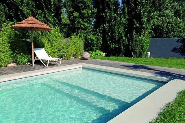 Piscinas de luxo piscinas desjoyaux for Piscinas minimalistas